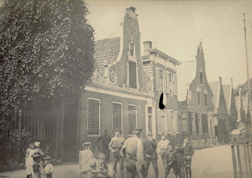 AMSTERDAM. - Straat met klokhuizen, omgeving Amsterdam.