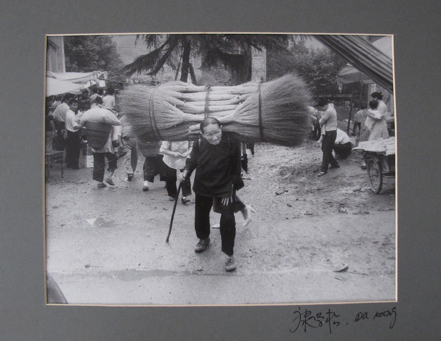 DA KANG. - Miao. Older man with straw-bale.