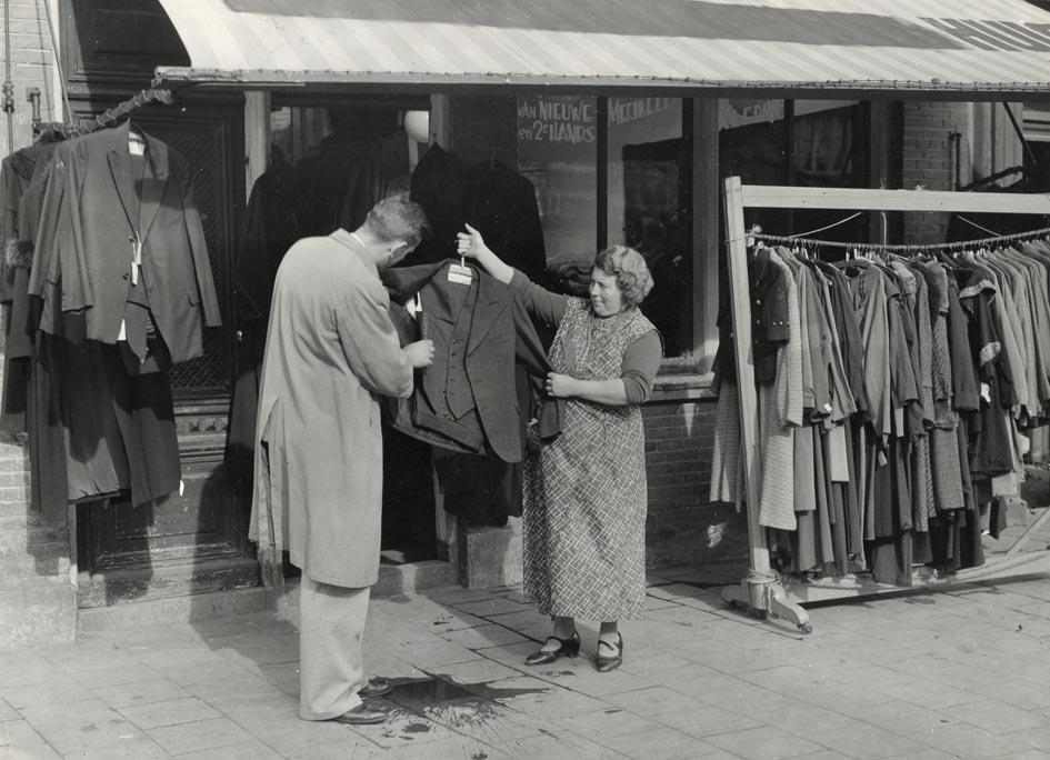 DOESER, JAAP. - Van nieuwe 2e hands kleding, Jordaan, Amsterdam.