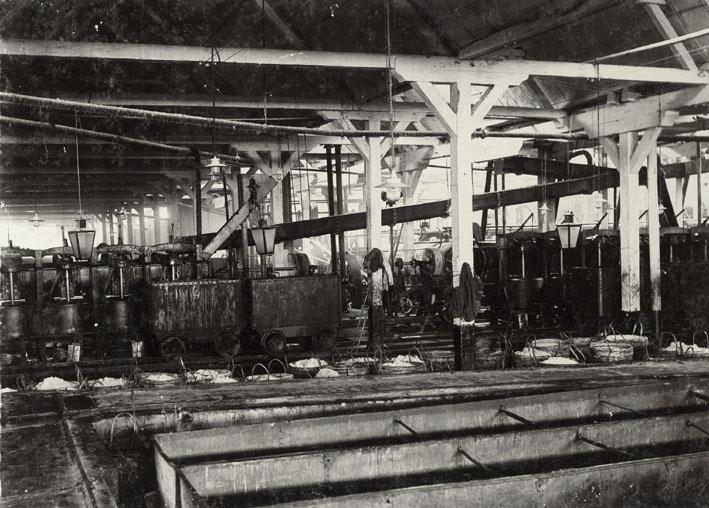 DJATIWANGI. - Fabriekshal van suikerfabriek Djatiwangi met spoelbakken.
